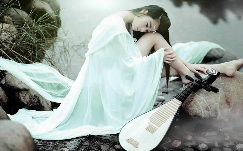 「琵琶语」转弦拨轴三两声,未成曲调先有情。