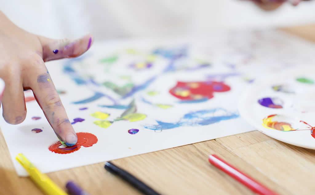 我们来玩手指印画,发挥孩子的想象力。